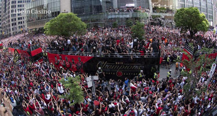 Как «Рэпторз» отпраздновали первую победу в НБА: в Торонто собралось 1,5 млн людей, была стрельба