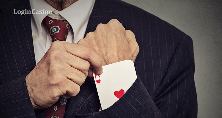 парень играет в онлайн покер