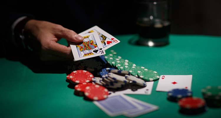Правила покера устроены таким образом, что предоставляют участникам свободу действий.